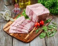 Ψημένο ζαμπόν χοιρινού κρέατος με τα λαχανικά μαχαιριών και ψητού κουζινών στο σκοτεινό αγροτικό υπόβαθρο στοκ φωτογραφία