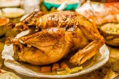 Ψημένο ημέρα των ευχαριστιών πουλί της Τουρκίας στον πίνακα γευμάτων έτοιμο να φάει Στοκ φωτογραφία με δικαίωμα ελεύθερης χρήσης