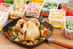 Ψημένο κοτόπουλο και veggies στο τηγάνι με το παγωμένο λαχανικό στον πλαστικό δίσκο Στοκ Εικόνα