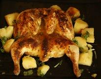 Ψημένο κοτόπουλο με την πατάτα κοντά επάνω Στοκ Εικόνες