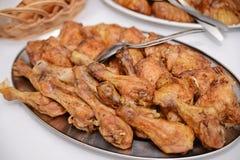 Ψημένο κοτόπουλο που προετοιμάζεται στα κύπελλα στοκ φωτογραφίες με δικαίωμα ελεύθερης χρήσης