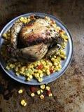 Ψημένο κοτόπουλο στο κρεβάτι του ζωηρόχρωμου καλαμποκιού στην αγροτική ρύθμιση στοκ φωτογραφία με δικαίωμα ελεύθερης χρήσης