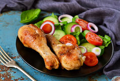 Ψημένο κοτόπουλο με ένα δευτερεύον πιάτο της φυτικής σαλάτας στον παλαιό, BL Στοκ φωτογραφία με δικαίωμα ελεύθερης χρήσης
