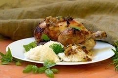 Ψημένο κοτόπουλο με τα χορτάρια και ρύζι στο ξύλινο υπόβαθρο στοκ εικόνες