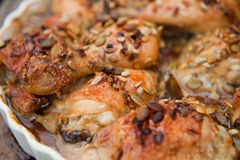 Ψημένο κοτόπουλο με τον ηλίανθο και τα graines και το μέλι κολοκύθας Στοκ Φωτογραφία