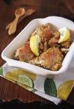 Ψημένο κοτόπουλο με το λεμόνι και την απόλαυση λεμονιών Στοκ εικόνες με δικαίωμα ελεύθερης χρήσης