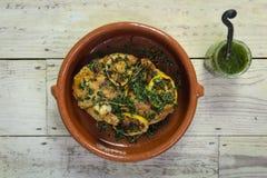 Ψημένο κοτόπουλο με το salsa και τα χορτάρια Στοκ εικόνα με δικαίωμα ελεύθερης χρήσης