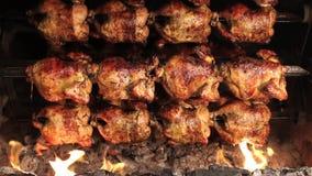 Ψημένο κοτόπουλο που ψήνεται στη σχάρα στην πυρκαγιά, σχάρα Αποκαλούμενο στο η Νότια Αμερική pollo ένα brasa Λα φιλμ μικρού μήκους