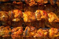 Ψημένο κοτόπουλο σε μια σειρά που ανοίγει roaster Στοκ φωτογραφία με δικαίωμα ελεύθερης χρήσης