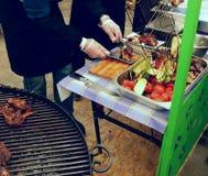 Ψημένο κρέας και τηγανισμένα λαχανικά στη γιγαντιαία σχάρα Στοκ Φωτογραφία