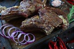 Ψημένο κρέας με τα κρεμμύδια, το σκόρδο, τα καρυκεύματα, τα φρέσκα χορτάρια, το κόκκινο πιπέρι και το αλάτι Στοκ Φωτογραφίες