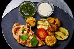 Ψημένο κρέας με τα λαχανικά και σάλτσα στο πιάτο στοκ εικόνες με δικαίωμα ελεύθερης χρήσης