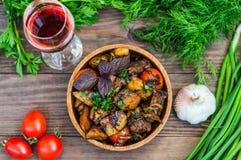 Ψημένο κρέας με τις πατάτες, ojaxuri, καυτός στο της Γεωργίας και κόκκινο κρασί σε έναν ξύλινο πίνακα Τοπ όψη Κινηματογράφηση σε  στοκ φωτογραφία με δικαίωμα ελεύθερης χρήσης