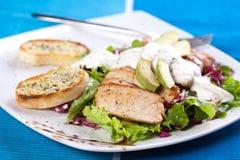 Ψημένο κρέας χοιρινού κρέατος με τη φρέσκια πράσινη σαλάτα Στοκ εικόνα με δικαίωμα ελεύθερης χρήσης