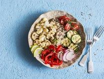 Ψημένο κύπελλο του Βούδα κουνουπιδιών και quinoa Quinoa με το κουνουπίδι, τα κολοκύθια και το γλυκό πιπέρι Χορτοφάγος υγιής έννοι Στοκ εικόνες με δικαίωμα ελεύθερης χρήσης