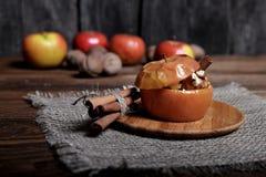Ψημένο μήλο με τη ζάχαρη και τα καρύδια Στοκ Εικόνες