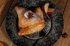 Ψημένο μήλο στο άσπρο πιάτο Στοκ Φωτογραφίες
