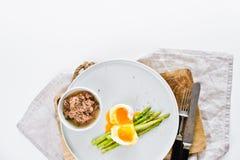 Ψημένο μίνι σπαράγγι με το αυγό και τον τόνο r στοκ εικόνα με δικαίωμα ελεύθερης χρήσης