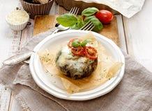 Ψημένο μανιτάρι Portobello που γεμίζεται με το τυρί και τα λαχανικά Στοκ Φωτογραφίες