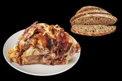 Ψημένο οβελός ζαμπόν χοιρινού κρέατος τις καφετιές φέτες ψωμιού που απομονώνονται με στο Μαύρο Στοκ Εικόνες