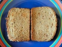 Ψημένο ολόκληρο ψωμί σιταριού στο ζωηρόχρωμο πιάτο Στοκ εικόνες με δικαίωμα ελεύθερης χρήσης
