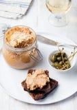 Ψημένο πατέ κρέατος στο βάζο και στα γαστρονομικά τρόφιμα ψωμιού Στοκ φωτογραφία με δικαίωμα ελεύθερης χρήσης