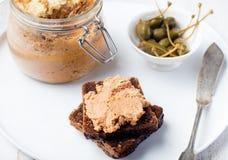 Ψημένο πατέ κρέατος στο βάζο και στα γαστρονομικά τρόφιμα ψωμιού Στοκ Εικόνες