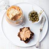 Ψημένο πατέ κρέατος στο βάζο και στα γαστρονομικά τρόφιμα ψωμιού Στοκ εικόνες με δικαίωμα ελεύθερης χρήσης