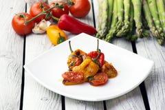 Ψημένο πιπέρι κουδουνιών με τη σάλτσα ντοματών Ψημένα λαχανικά στο άσπρο αγροτικό υπόβαθρο Στοκ εικόνες με δικαίωμα ελεύθερης χρήσης