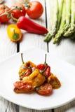 Ψημένο πιπέρι κουδουνιών με τη σάλτσα ντοματών Ψημένα λαχανικά στο άσπρο αγροτικό υπόβαθρο Στοκ Εικόνες