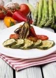 Ψημένο πιπέρι κολοκυθιών, μελιτζάνας και κουδουνιών με τη σάλτσα ντοματών Ψημένα λαχανικά στο άσπρο αγροτικό υπόβαθρο Στοκ εικόνα με δικαίωμα ελεύθερης χρήσης