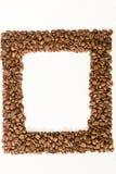 Ψημένο πλαίσιο φασολιών καφέ πέρα από το άσπρο υπόβαθρο με τα διαστημικά FO Στοκ Εικόνα