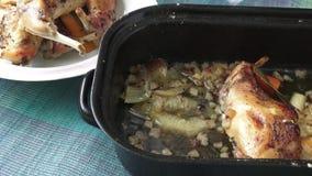 Ψημένο πόδι κουνελιών Διαιτητικό κρέας, αρωματικό κουνέλι φιλμ μικρού μήκους