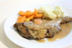Ψημένο πόδι κοτόπουλου με τα καρότα μωρών, Coleslaw και την πολτοποιηίδα πατάτα Στοκ Εικόνες