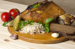 Ψημένο πόδι χοιρινού κρέατος που εξυπηρετείται με sauerkraut Στοκ Φωτογραφία