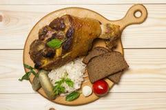 Ψημένο πόδι χοιρινού κρέατος που εξυπηρετείται με sauerkraut Στοκ εικόνες με δικαίωμα ελεύθερης χρήσης
