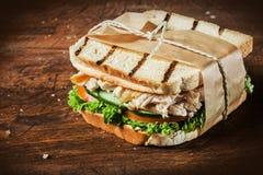 Ψημένο σάντουιτς κοτόπουλου και σαλάτας Στοκ Φωτογραφία