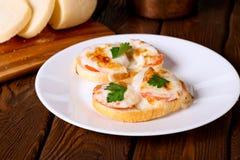 Ψημένο σάντουιτς με το τυρί και την ντομάτα Στοκ Εικόνες