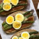 Ψημένο σάντουιτς σπαραγγιού, ζαμπόν, αυγών και τυριών Στοκ φωτογραφίες με δικαίωμα ελεύθερης χρήσης