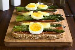 Ψημένο σάντουιτς σπαραγγιού, ζαμπόν, αυγών και τυριών Στοκ φωτογραφία με δικαίωμα ελεύθερης χρήσης