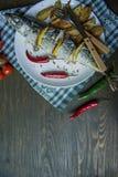 Ψημένο σκουμπρί με το λεμόνι και ψημένες πατάτες σε ένα άσπρο πιάτο r Κεράσι, πιπέρι τσίλι Μαχαιροπήρουνα E στοκ εικόνες
