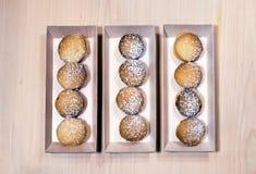 Ψημένο σπίτι-μαγειρευμένο μπισκότο κουλουρακιών που συσσωρεύεται στο ξύλινο κιβώτιο Στοκ εικόνες με δικαίωμα ελεύθερης χρήσης