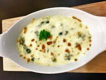 Ψημένο σπανάκι με το τυρί στο ιταλικό ύφος τροφίμων πιάτων στοκ φωτογραφία με δικαίωμα ελεύθερης χρήσης