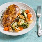 Ψημένο στήθος κοτόπουλου με τους νεαρούς βλαστούς, τα κρεμμύδια και τα καρότα των Βρυξελλών σε ένα άσπρο πιάτο στην ξύλινη επιφάν Στοκ Φωτογραφία