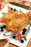 Ψημένο στήθος της Τουρκίας - τρίψιμο Rosemary-βασιλικού Στοκ φωτογραφία με δικαίωμα ελεύθερης χρήσης
