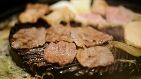 Ψημένο στη σχάρα ακατέργαστο μαγείρεμα κρέατος στη σχάρα wagyu απόθεμα βίντεο