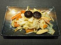 Ψημένο στη σχάρα λαχανικό στο μαύρο πιάτο στοκ εικόνες