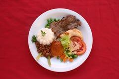 Ψημένο στη σχάρα βόειο κρέας με τα φασόλια και τη σαλάτα Στοκ Φωτογραφίες