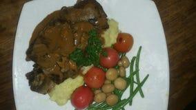 Ψημένο στη σχάρα βόειο κρέας με την πολτοποιηίδα πατάτα Στοκ Φωτογραφία