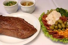 Ψημένο στη σχάρα βόειο κρέας με τη σαλάτα φοινικών και ελιών Στοκ εικόνες με δικαίωμα ελεύθερης χρήσης